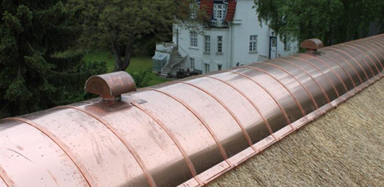 Kobber og stråtag på ejendom i Brabrand udført af tagdækker firmaet Østjysk Tække- og Tømrerfirma