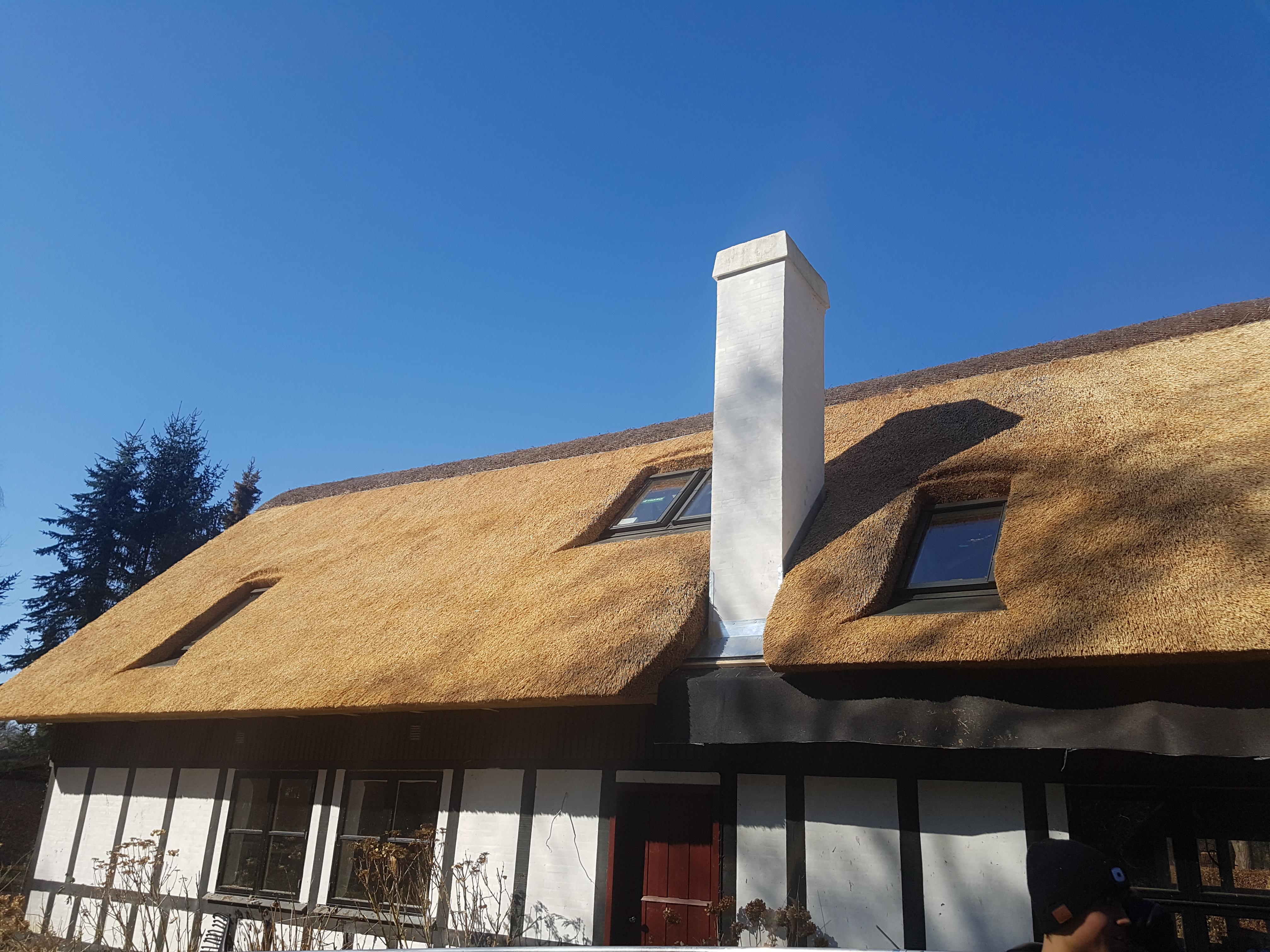 Nyt stråtag på sommerhus ved Skæring Strand. Der er isat nye ovenlysvinduer, lavet zinkinddækning ved skorsten, SEPATEC brandisolering og ny lyngmønning.